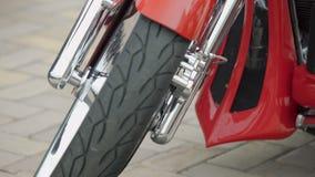 Närbild av den härliga polerade röda motorcykeln, stilfull cykeldesign, billykta stock video