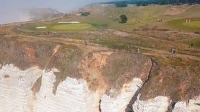 Närbild av den härliga vita klippan och folk som går på överkanten i morgondimman actinium Pittoresk sikt från royaltyfria bilder