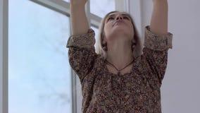 Närbild av den härliga yogakvinnan som inhalerar och kommer med djupt händer till Namaste lager videofilmer