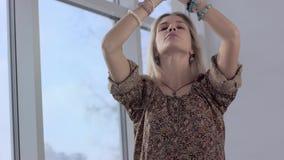 Närbild av den härliga yogakvinnan som kopplar av efter praktiserande yoga lager videofilmer