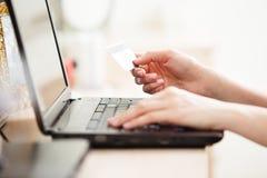 Närbild av den hållande kreditkorten för kvinna arkivfoton