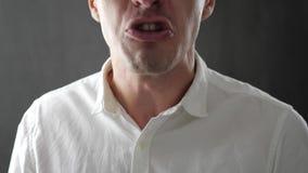 Närbild av den ilskna affärsmannen som är skrikig och hotas med våld lager videofilmer
