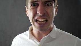 Närbild av den ilskna affärsmannen som är skrikig och hotas med våld stock video