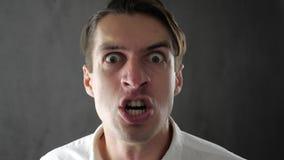 Närbild av den ilskna affärsmannen som är skrikig och hotas med våld arkivfilmer