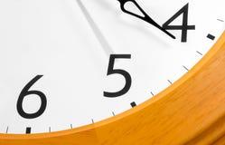 Närbild av den klassiska klockan Arkivfoton