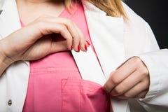 Närbild av den kvinnliga doktorn som sätter affärskortet i fack Royaltyfria Foton