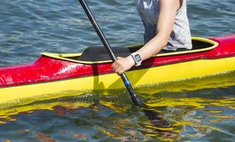 Närbild av den kvinnliga kayakeren som paddlar till och med vattenforsar royaltyfria foton
