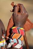 Närbild av den lägre armen av en Samburu krigare royaltyfri fotografi