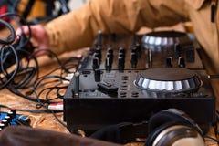 Närbild av den ljudsignal blandande konsolen för discjockey` s Arkivfoto