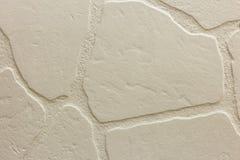 Närbild av den ljusa vita packade ojämna stuckaturväggen Abstrakt textur, kaotisk kopieringsutrymmebakgrund Dekorativt grungeutry fotografering för bildbyråer