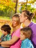 Närbild av den lyckliga familjen som tillsammans sitter i kram Royaltyfria Bilder