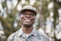 Närbild av den lyckliga militära soldaten arkivbild