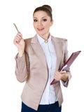 Närbild av den lyckliga unga affärskvinnan som pekar med pennan royaltyfri fotografi
