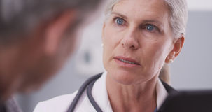 Närbild av den medicinska doktorn som ser en minnestavla arkivfoton