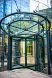 Närbild av den moderna glass dörren på byggnad för företags affär Arkivfoton