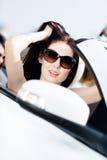 Närbild av den nätta kvinnliga chauffören arkivbild