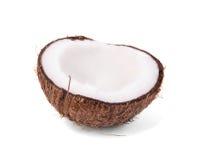 Närbild av den nya spruckna kokosnöten på en vit bakgrund Exotisk tropisk mutter Kokosnöt som klipps i en halva banta vegetarian royaltyfri bild