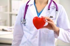 Närbild av den okända kvinnliga doktorn med stetoskopet Arkivfoton