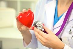 Närbild av den okända kvinnliga doktorn med stetoskopet Royaltyfri Bild