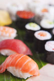 Närbild av den olika japanska sushi, grunt djup av fältet Royaltyfri Foto