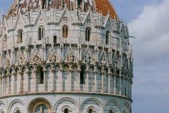 Närbild av den Pisa dopkapellet under himmel och moln, i domkyrkafyrkanten av Pisa, Italien royaltyfria bilder