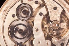 Närbild av den rostiga mekanismen för gammal klocka med kugghjul Grunt djup av sätter in Arkivfoton