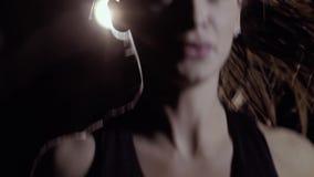 Närbild av den sportiga kvinnan som utarbetar med hopprepet lager videofilmer