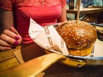 Närbild av den stora aptitretande hamburgaren royaltyfri foto