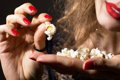 Närbild av den unga härliga flickan med popcorn i hand. Royaltyfria Foton