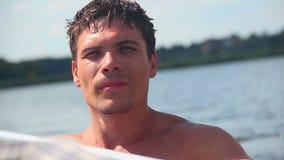 Närbild av den unga shirtless mannen som paddlar fartyget Turism semester stock video