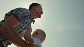 Närbild av den upphetsade familjen som har gyckel på en solig dag lager videofilmer