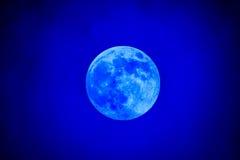 Närbild av den vaxande gibbous blåa månen Royaltyfri Foto