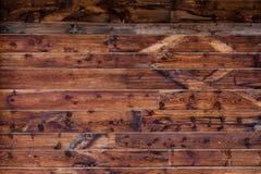 Närbild av den wood panelväggen med modeller Arkivfoton