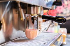 Närbild av den yrkesmässiga kaffemaskinen royaltyfria bilder