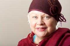 Närbild av denhaired kvinnan i rödbrun hatt Arkivfoton