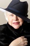 Närbild av denhaired kvinnan i svart hatt Fotografering för Bildbyråer