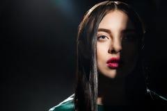 Närbild av denhaired kvinnan med den halva framsidan i skugga Arkivfoton