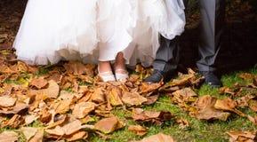 Närbild av det brud- och brudgums benet fotografering för bildbyråer