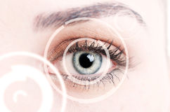 Närbild av det digitala ögat som föreställer ny IDtechnolo royaltyfri foto