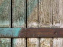 Närbild av det gamla murkna bruna trästaketet Arkivfoton