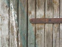 Närbild av det gamla murkna bruna trästaketet Arkivfoto