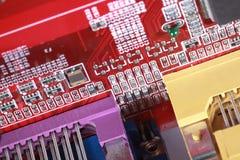 Närbild av det röda brädet för elektronisk strömkrets med processorn Arkivfoton