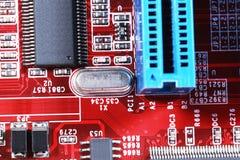 Närbild av det röda brädet för elektronisk strömkrets med processorn av compuen Royaltyfria Bilder