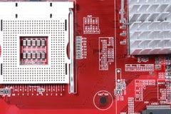 Närbild av det röda brädet för elektronisk strömkrets med processorn av compuen Royaltyfria Foton