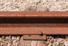Närbild av det rostade järnväg bandet och bulten Royaltyfri Fotografi