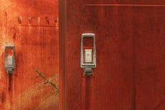 Närbild av det rostiga kylskåpet arkivfoton
