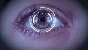 Närbild av det tekniskt avancerade cyberögat med zoomen in i ögat som ska svärtas stock video