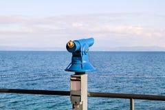 Närbild av det turist- teleskopet på trådstranden på den sandiga monteringen/sightteleskopet med sikten av medelhavs- royaltyfria foton