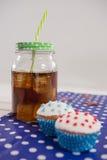 Närbild av drinken och muffin med 4th det juli temat Royaltyfri Foto