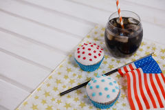 Närbild av drinken och muffin med 4th det juli temat Fotografering för Bildbyråer